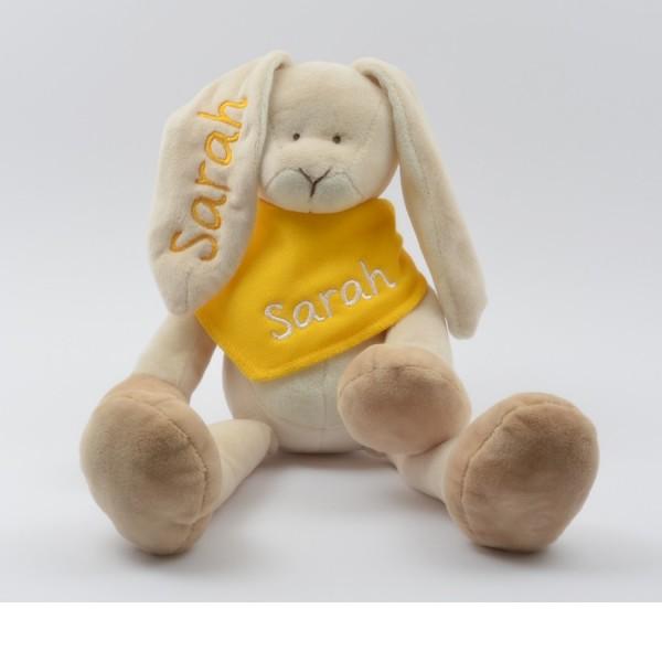 Geschenkset: Kuschelhase & Halstuch mit Namen in gelb (Modell Sarah)